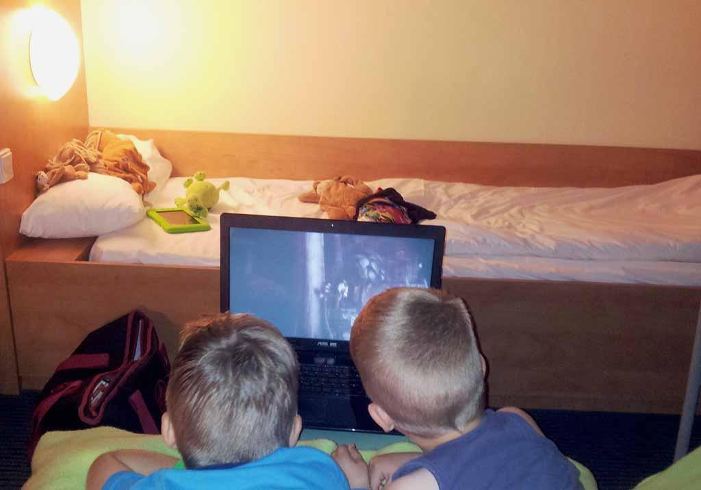 De jongens zijn dol op slapen in een hotel.