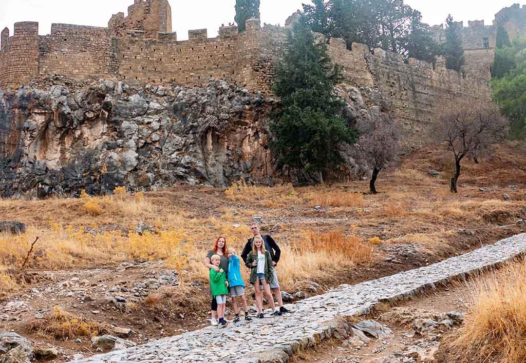 De wandeling naar de top waar het kasteel staat bestaat uit ongelijke keien