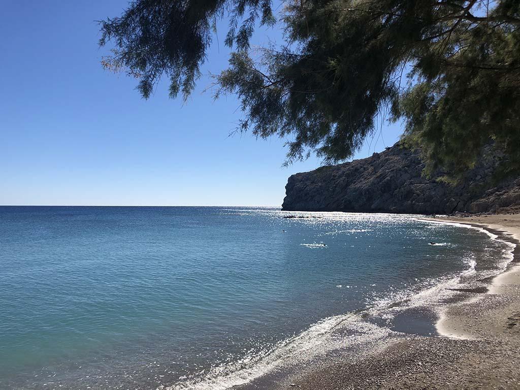 In veel van de mooie baaien op Rhodos worden vaartochtjes aangeboden
