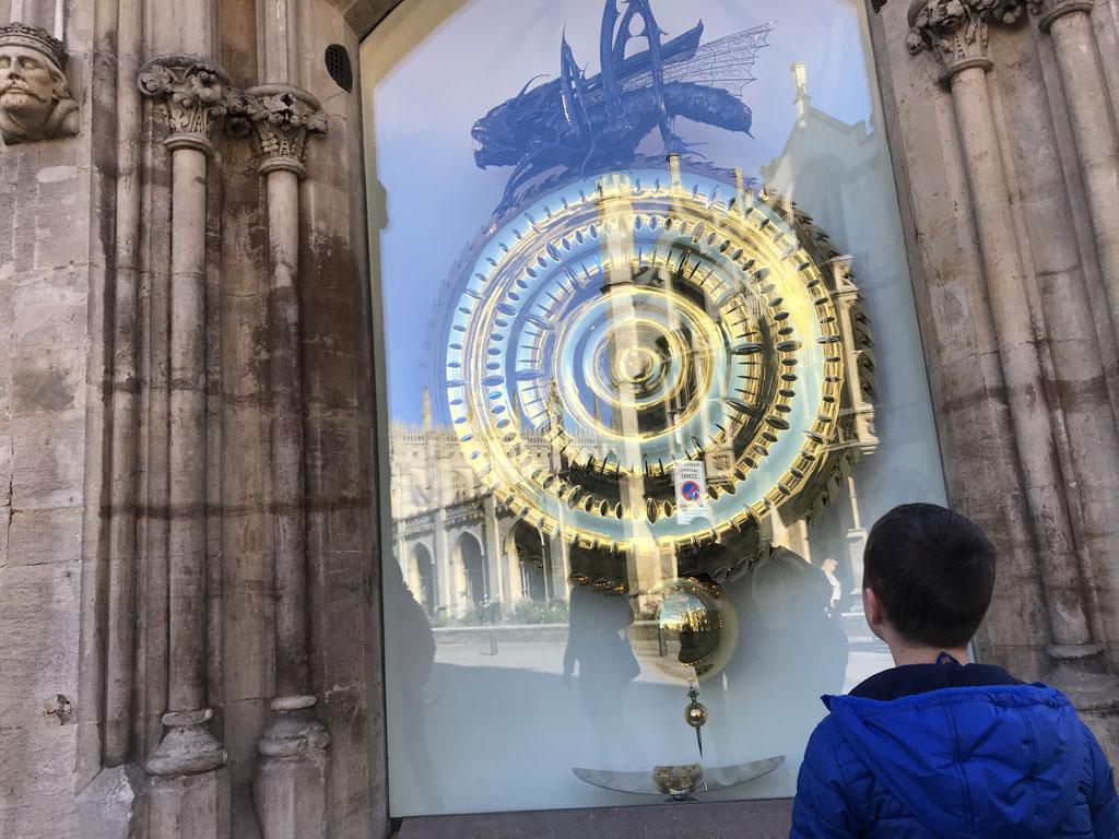 We bekijken Corpus Clock goed van dichtbij.
