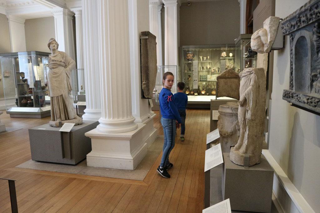 Grieken en Romeinen zijn er ook. Net als in een andere ruimte de Egyptenaren.