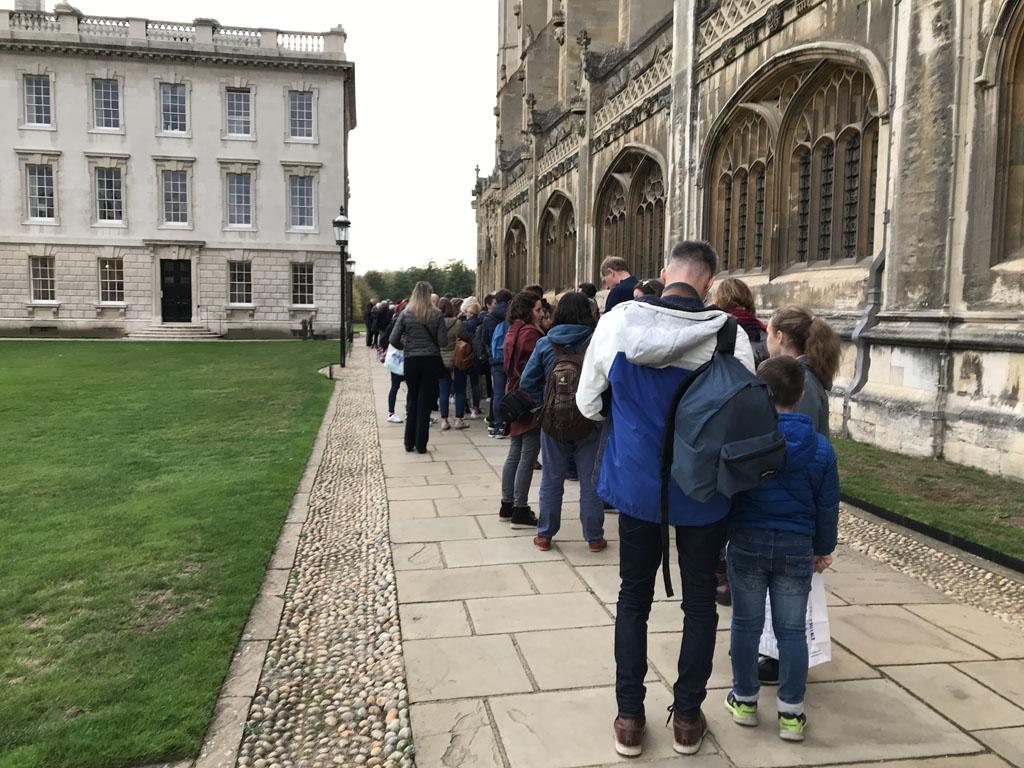 In de rij voor de dienst met koor in King's Chapel.