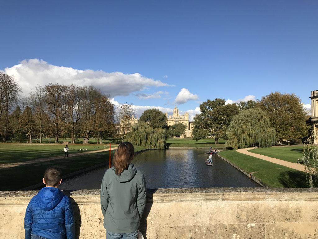 Vanaf de brug bij Trinity College zien we St. John's College liggen.