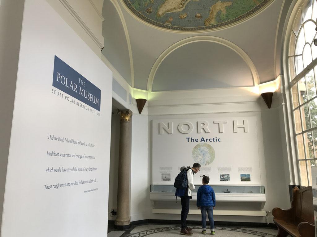 In de hal zien we al mooie kaarten van de Noord- en Zuidpool op het plafond.