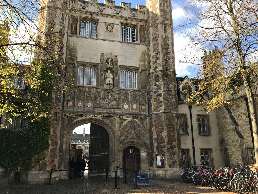 De poort naar Trinity College.