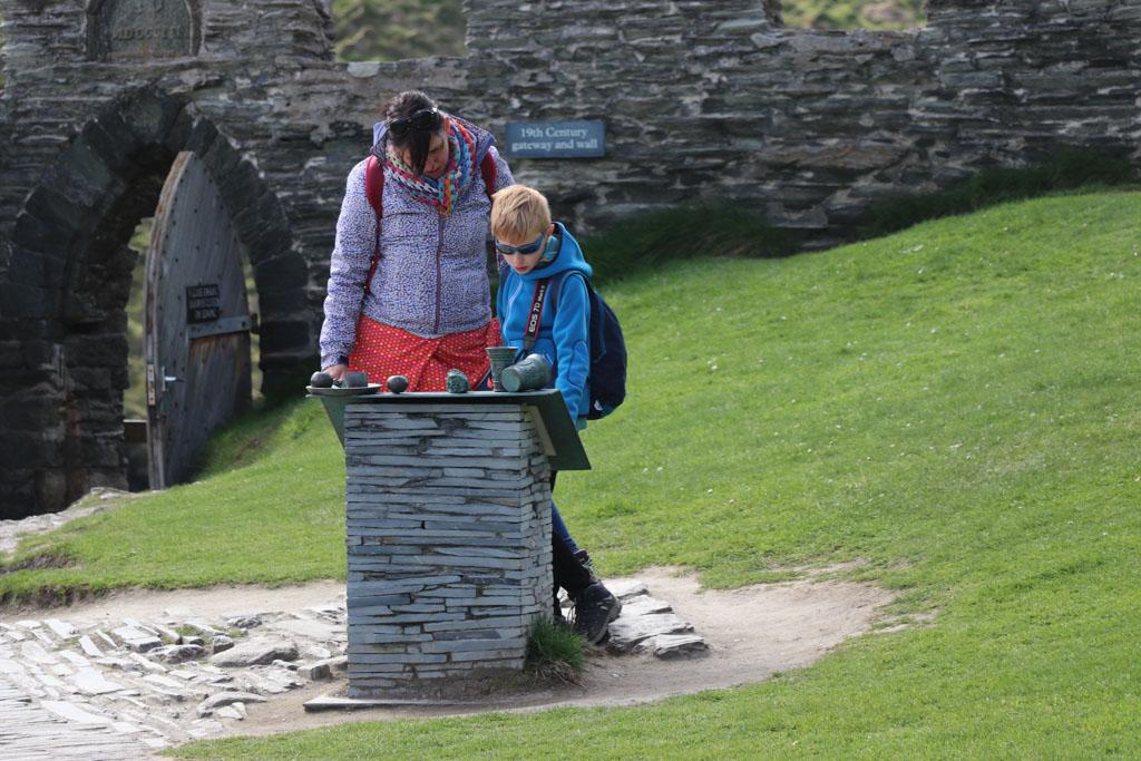 We lezen de informatieborden om meer te weten te komen over deze historische plek.