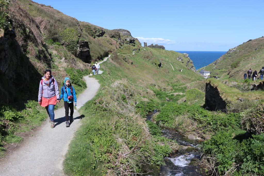 Het is geen straf om naar de resten van het kasteel te wandelen, wat een mooie omgeving!