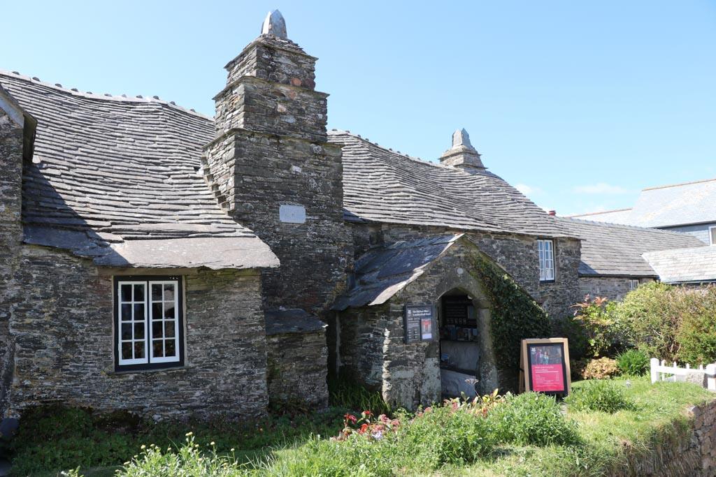 Het eeuwenoude postkantoor is naast de resten van het kasteel een bezienswaardigheid.