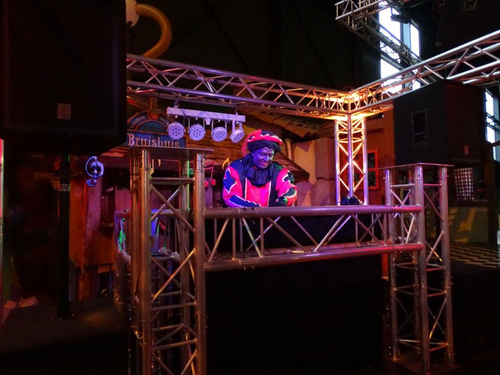 Een echte DJ Piet verzorgt de muziek.