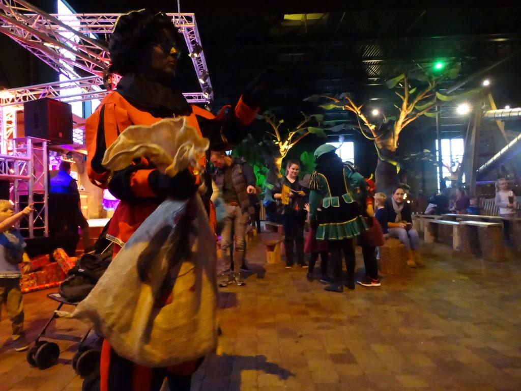 Tijdens het Sinterklaasfestijn lopen overal mooi aangeklede Zwarte Pieten rond.