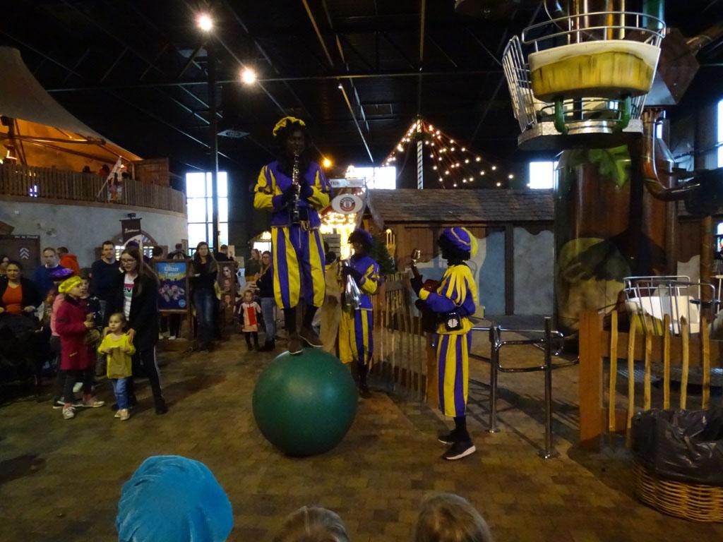 Ook het Pietencircus geven overal acrobatische optredens.