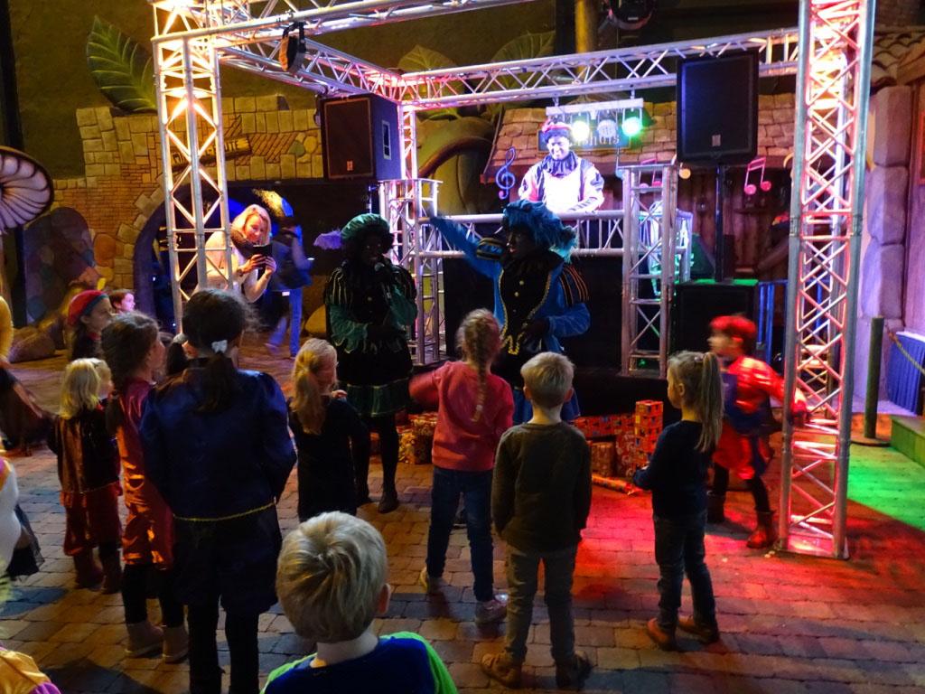 Bij de dansworkshop leren de Pieten de kinderen de leukste dansjes.