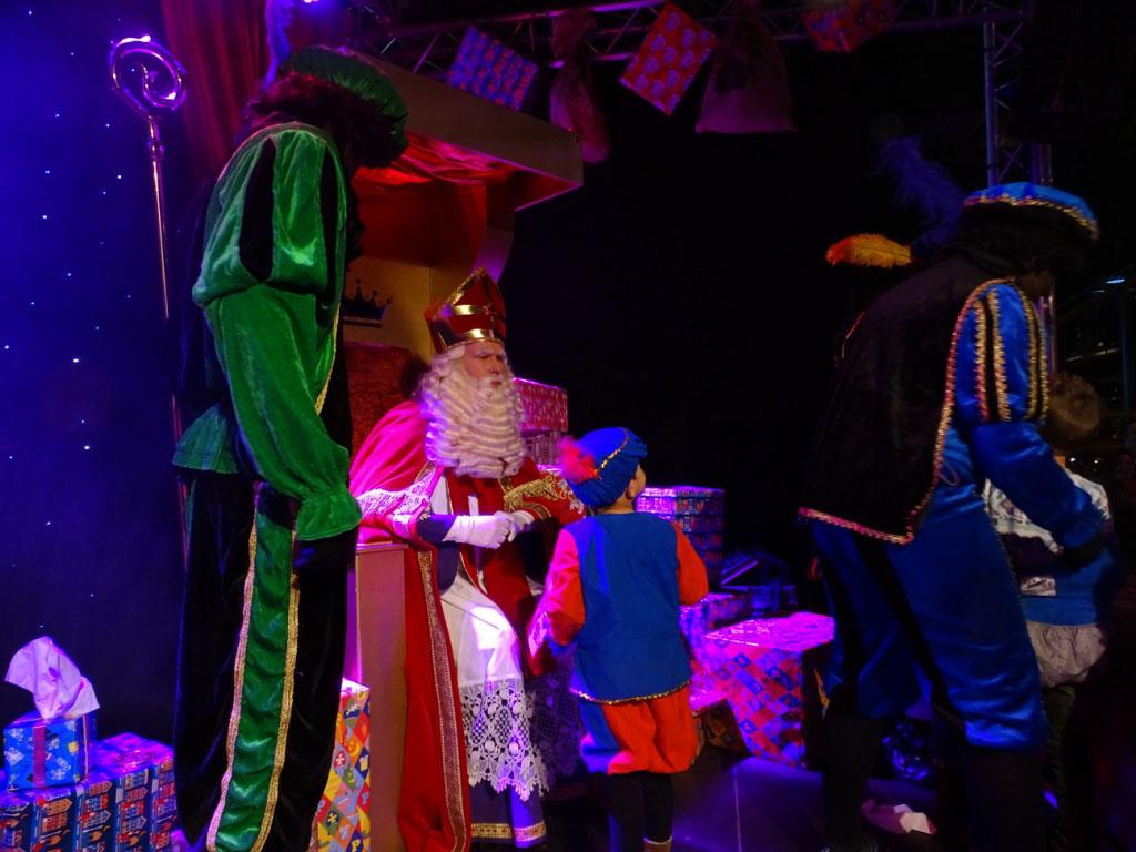 Alle kinderen kunnen bij het Sinterklaasfestijn bij Toverland Sinterklaas een handje geven.