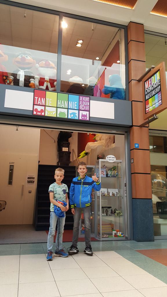 Voor de winkel van Tante Hannie in passage Molenpoort.