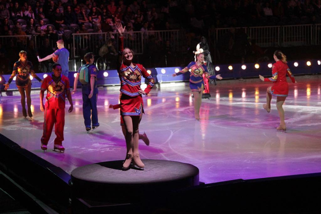 De cheerleaders warmen de zaal op voor de show.