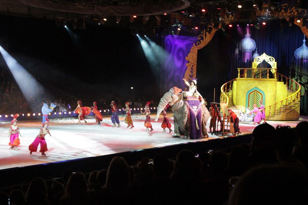 Aladdin komt binnen op een levensgrote olifant!