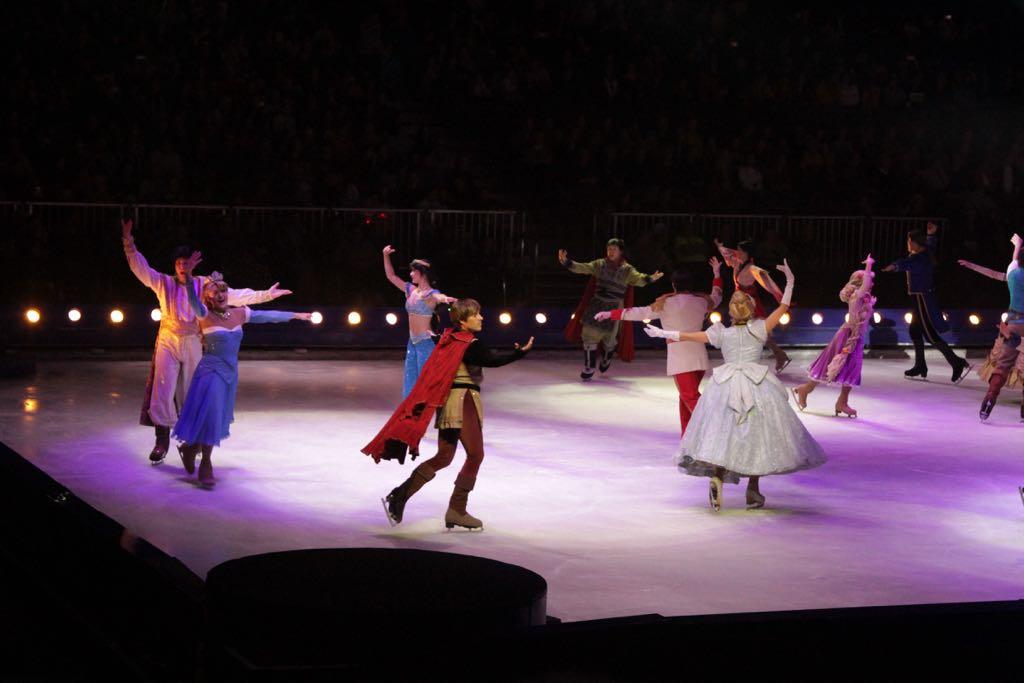 Oude en nieuwe sprookjes dansen samen op het ijs.