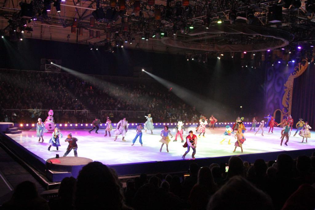 De grote finale met alle Disney figuren op het ijs.