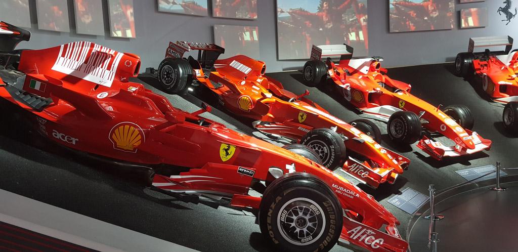 Het Ferrarimuseum in Maranello heeft een complete Formule 1 afdeling met alle winnende Ferrari's van afgelopen jaren.