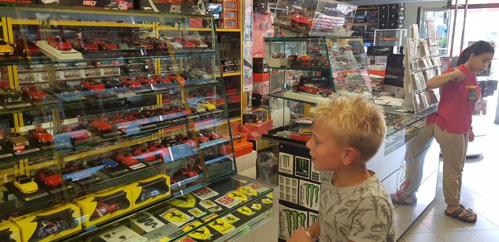 De shop naast het museum biedt veel keuze uit Ferrari-merchandise.