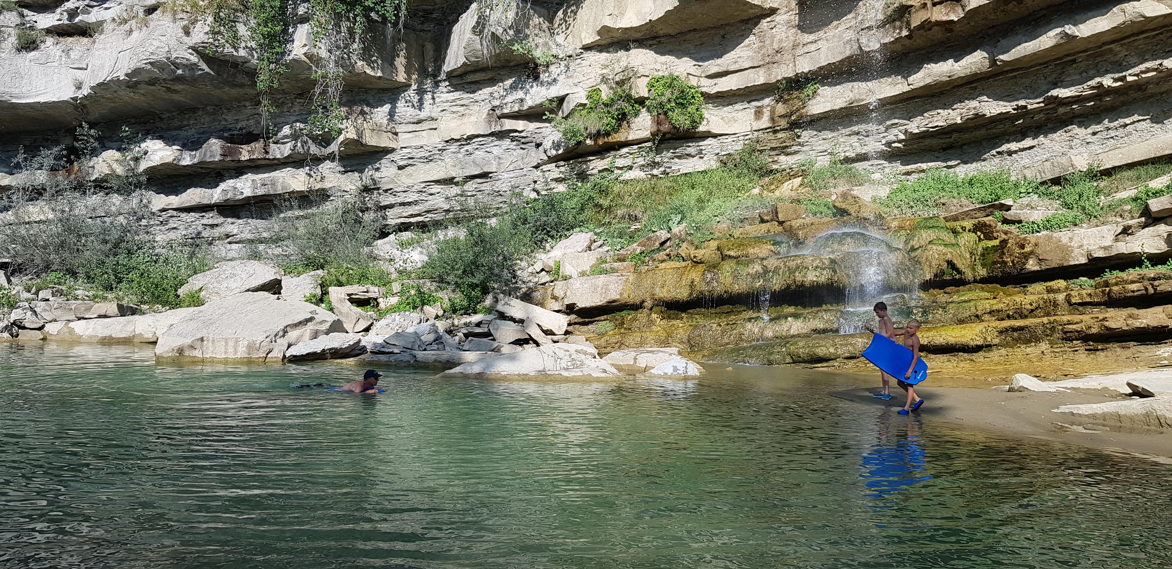Heerlijk zwemmen onder de waterval.