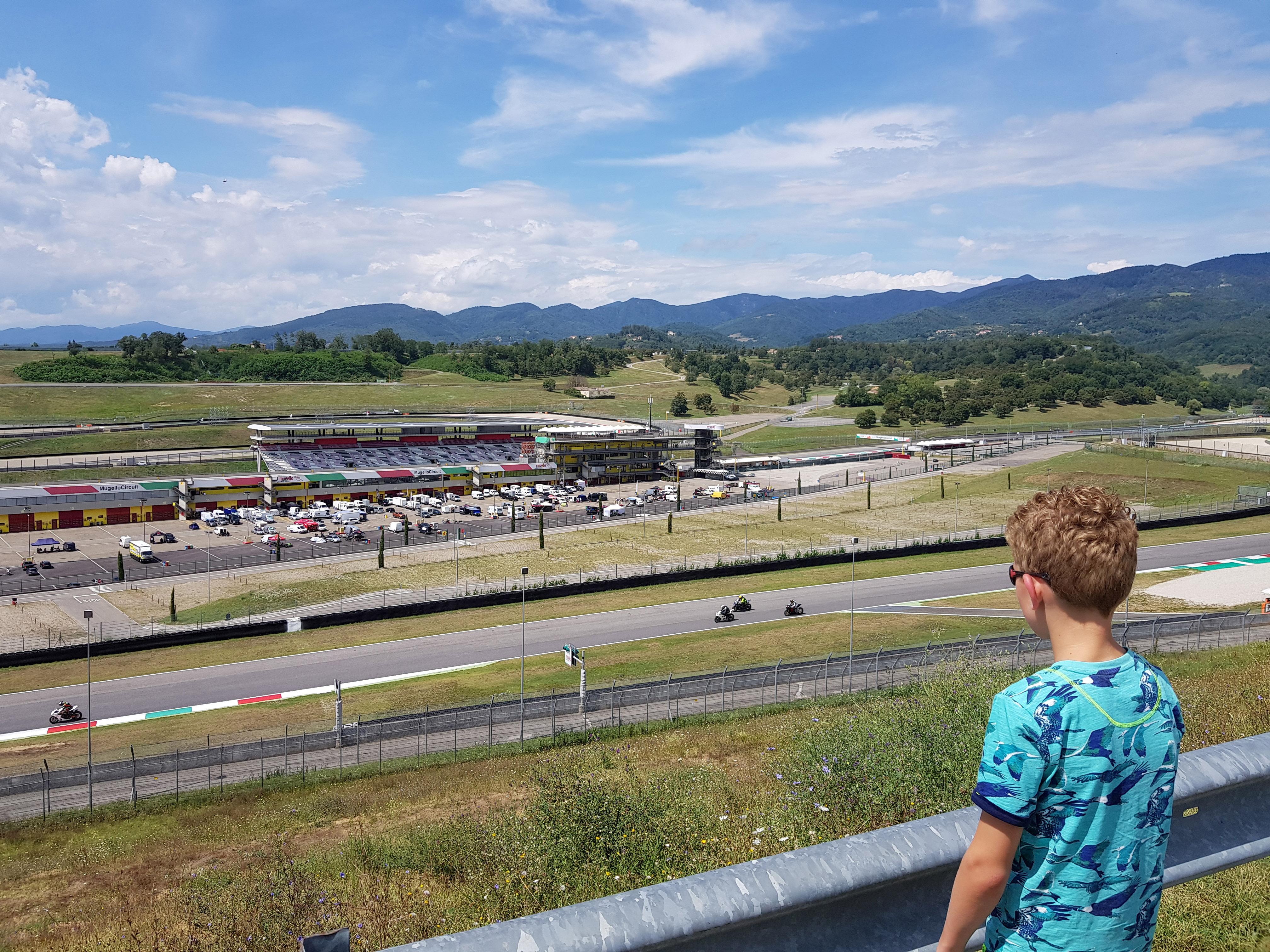Stoer jongens uitje: bezoek één van de vele racecircuits.