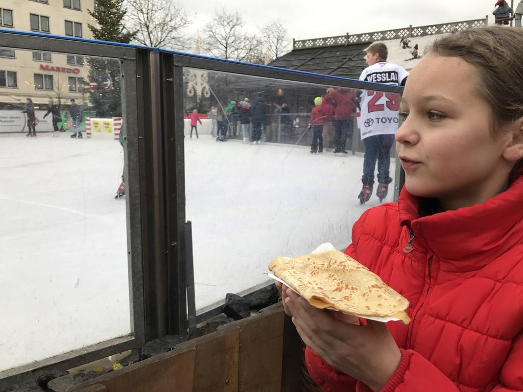 Lekker smullen en kijken naar de schaatsers.