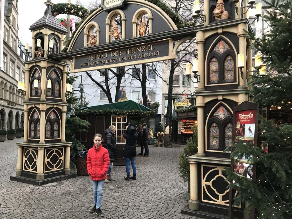 Voor de toegangspoort naar de kerstmarkt van de Altstadt.