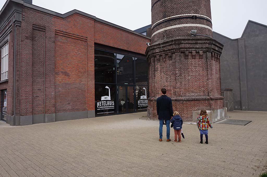 In een oude textielfabriek is Het Ketelhuis gevestigd