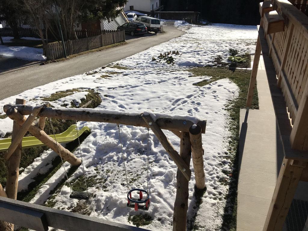 Het speeltuintje met schommel en glijbaan krijgt nog een hek rondom.