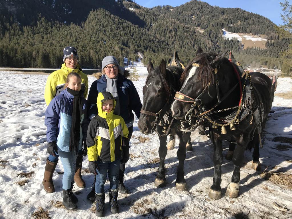 Wat genieten we alle vier van de rit met de paardenkoets.