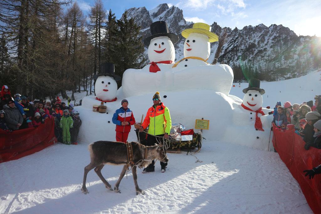 De 'Giant snowmen' en het rendier voeren op de Rotwand.