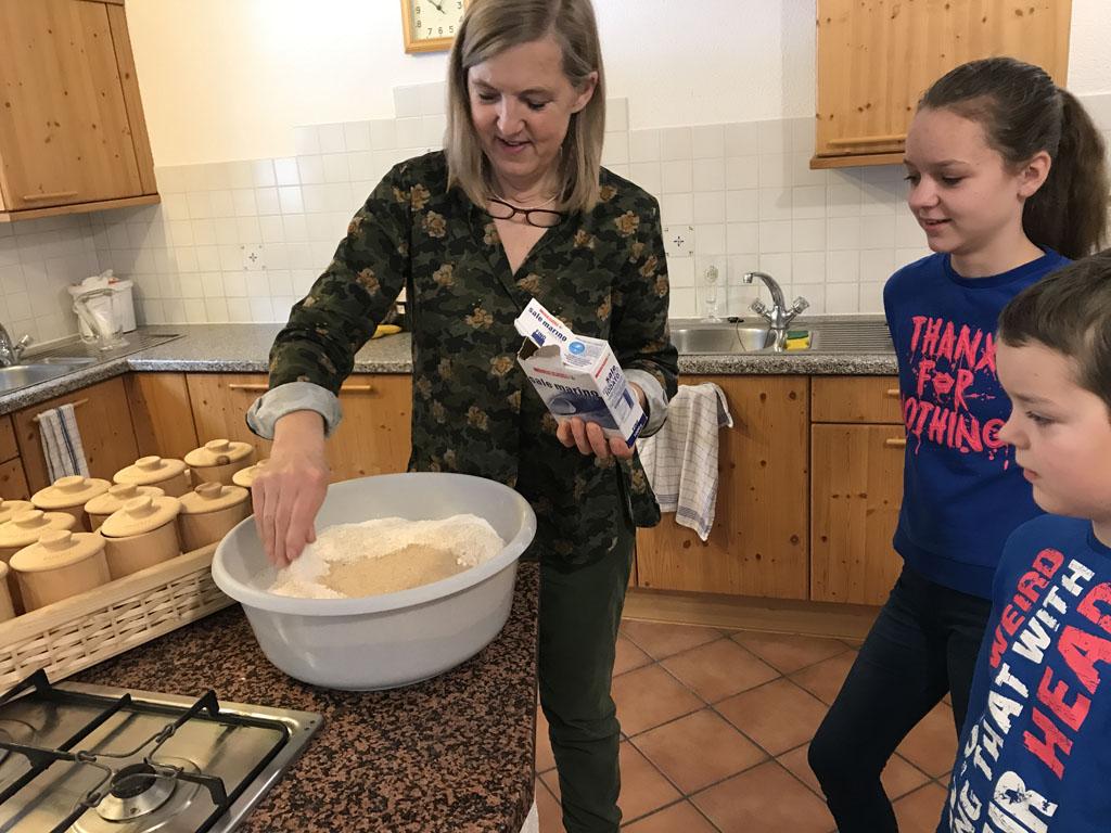 Uitleg door Maria Theresa over het maken van boerenbrood.