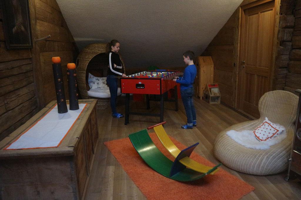De speelkamer met tafelvoetbalspel.