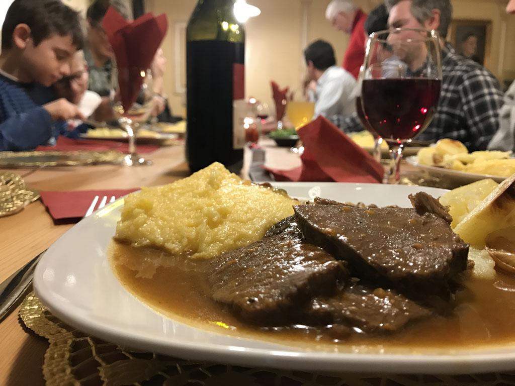 Gezelligheid en lekker eten tijdens de Tiroler avond.