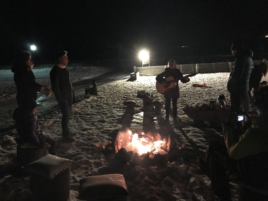 Zo leuk, een kampvuur in de sneeuw.