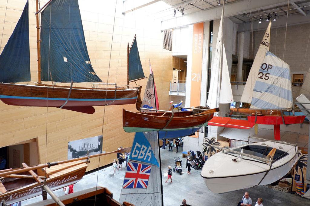 Bij het National Maritime Museum Cornwall hangen de boten aan het plafond