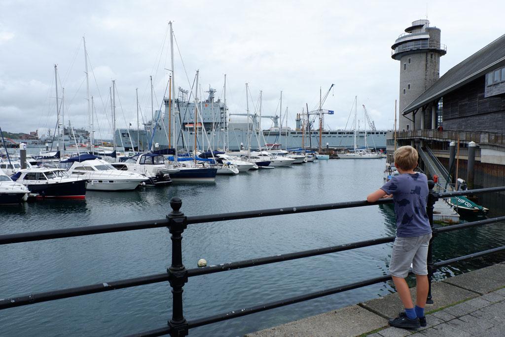 In de haven van Falmouth zijn veel verschillende boten te zien, waaronder een groot mariniersschip