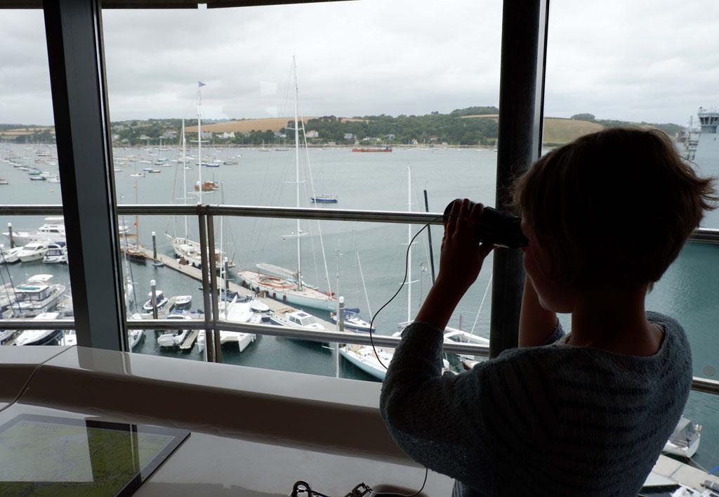 Vanaf de uitkijktoren heb je mooi uitzicht op de haven en alle boten
