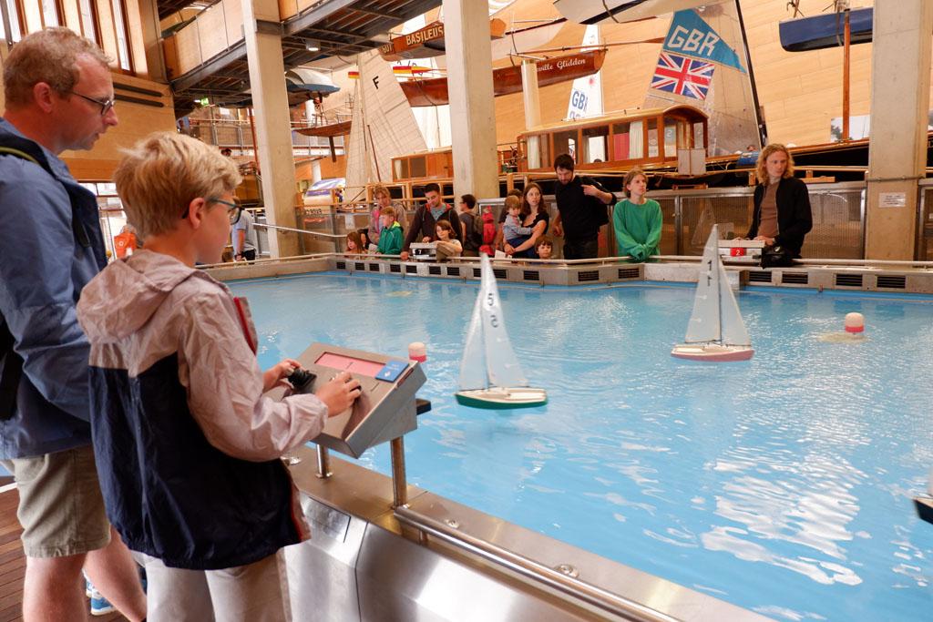 In dit bassin hebben ze stroming en wind nagebootst. Het is een kunst om je eigen zeilboot de goede kant op te krijgen.