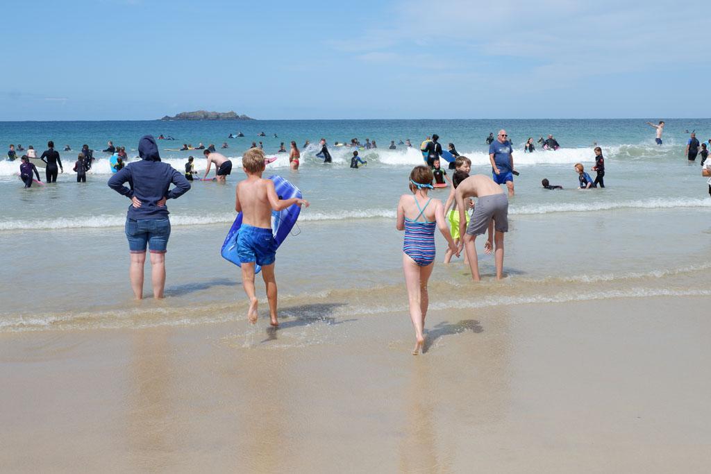 Doordat de strandwacht aangeeft waar je mag zwemmen, zijn die plekken met goed weer erg druk