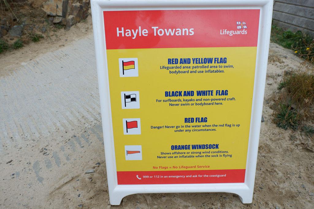 Dit bord informeert je over de betekenis van de vlaggen die je kunt tegenkomen op het strand