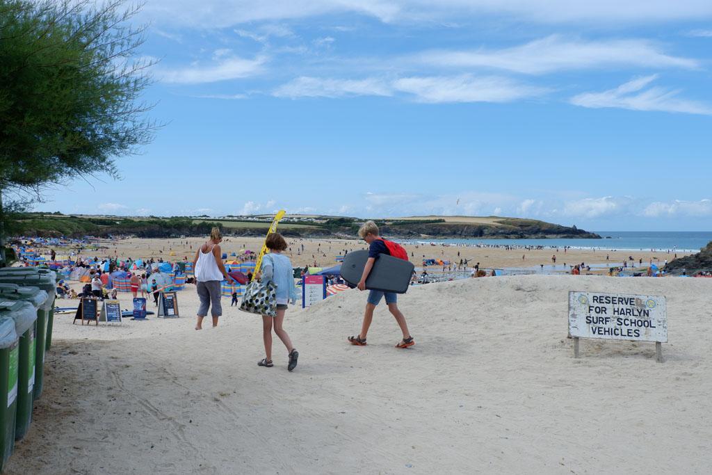 Met een beetje geluk vind je een parkeerplaats direct naast het strand en hoef je vervolgens niet ver te lopen met je spullen
