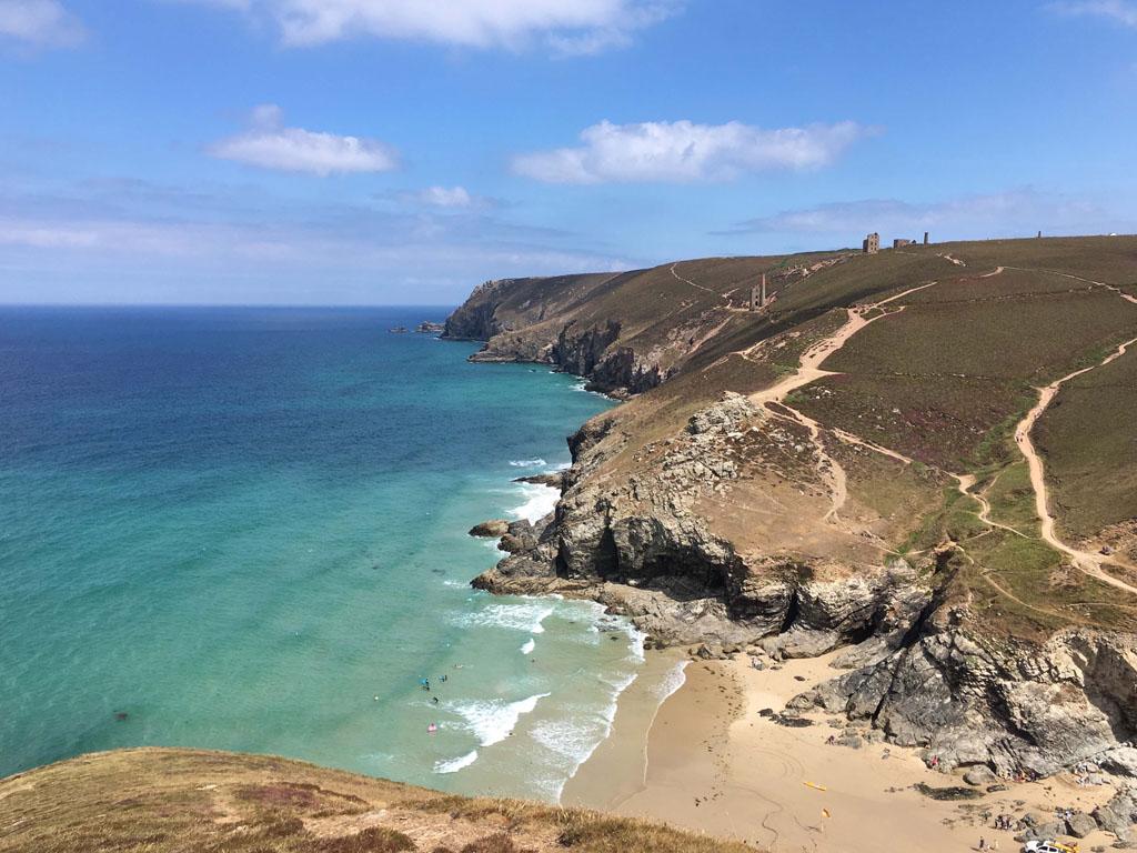 Het strand van Chapel Porth, direct aan het South West Coast Path, is een van de mooiste plekken van Cornwall waar we geweest zijn.