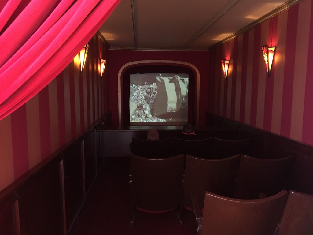 In een van de containers vinden we een mini-bioscoop.
