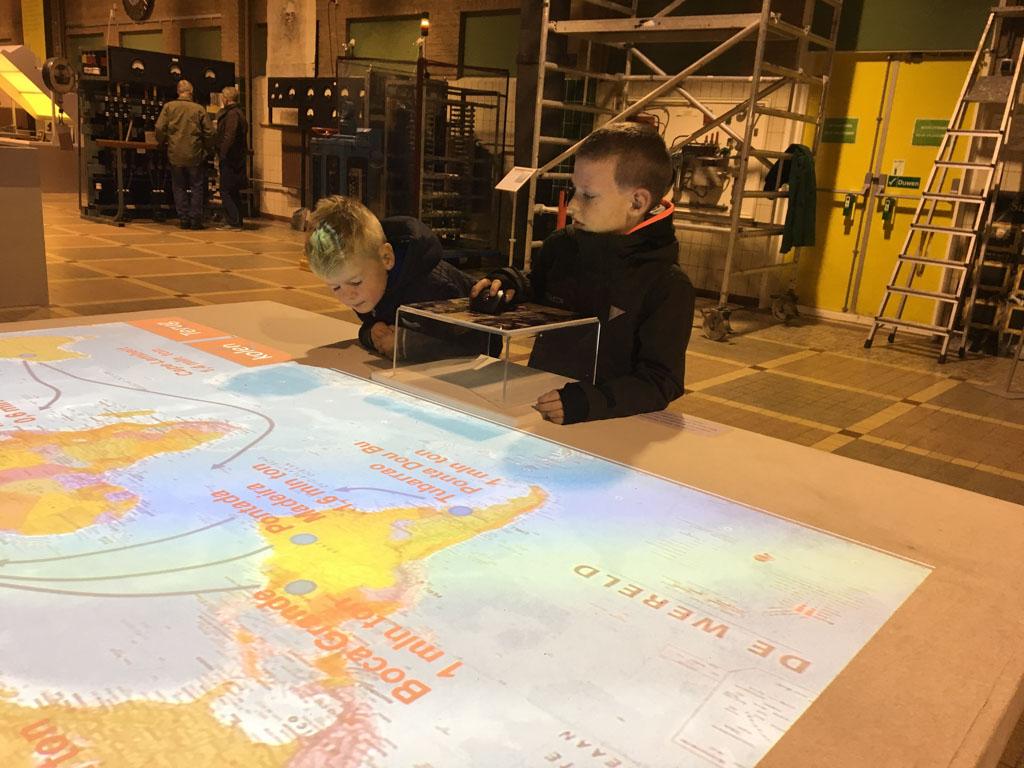 Via een interactieve wereldkaart volgen we het transport van ijzererts naar IJmuiden.