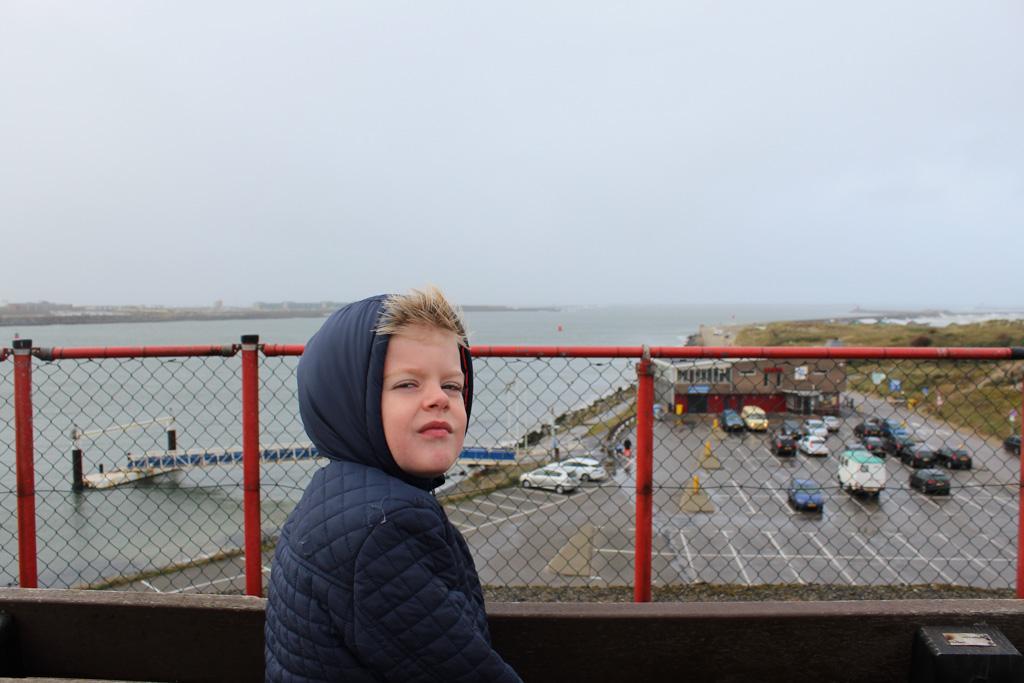Op de uitkijktoren op de Noordpier. In de verte zien we het Noordzeekanaal in de Noordzee eindigen.