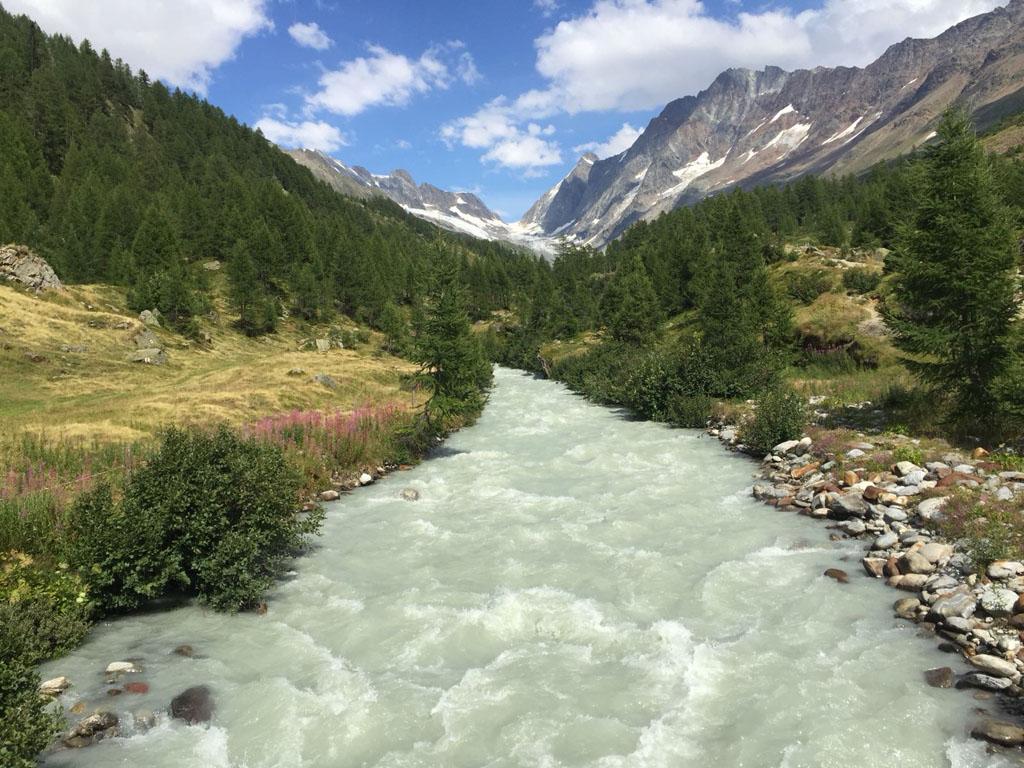 Aan het begin van de wandeling steek je eerst de rivier de Longa over.