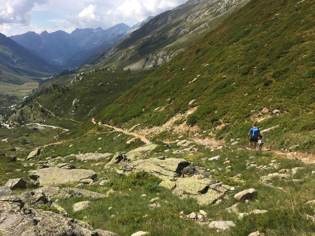 Vanaf de Zuidhelling dalen we af, we kijken nu het Lötschental in richting Blatten.