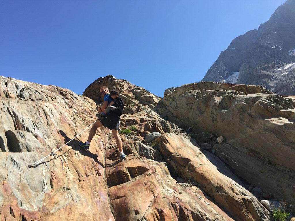 Sommige stukken moet je met behulp van touwen en staalkabels omhoog klimmen.